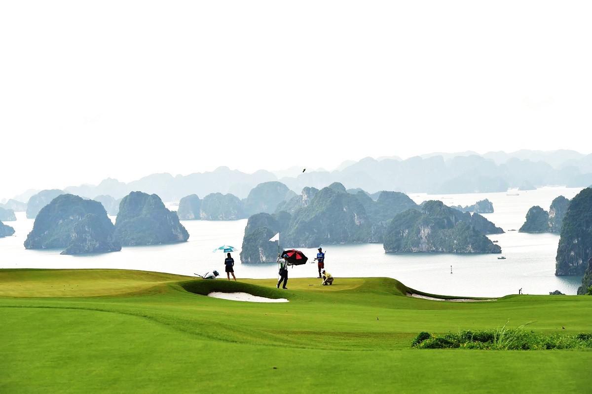 Trải nghiệm chơi golf giữa kỳ quan FLC Hạ Long