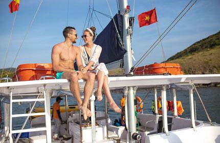 Du thuyền buồm Catamaran Nha Trang ngắm bình minh