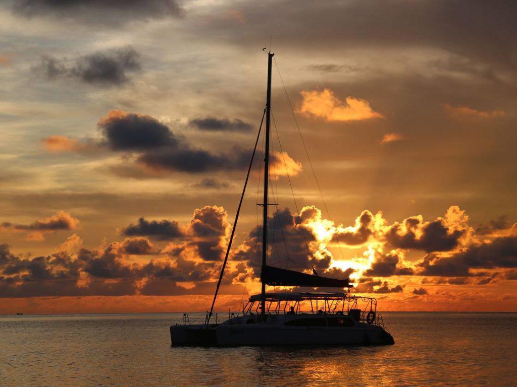 Du thuyền buồm Catamaran Nha Trang ngắm hoàng hôn